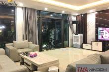 Nội thất với sự kết hợp giữa cửa nhôm xingfa sàn gỗ nhân tạo và rèm cửa